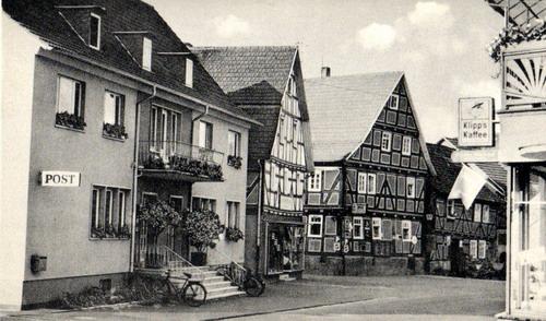 Ronshausen Ortsmitte 60er Jahre (links Post und Gemeindeverwaltung)
