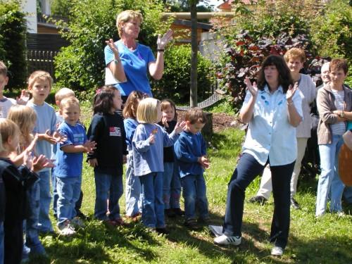 Kindergarten-Kinder mit Erzieherinnen